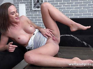 Pee fetish girl Vinna Reed is playing with pussy with the addition of enjoy drinking urine