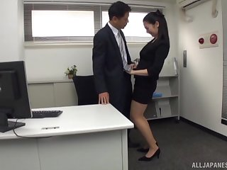 Pretty Asian secretary drops on high her knees in all directions pleasure his dick