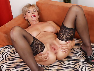 Age-old mature Inke lubes and dildo pumps her pussy